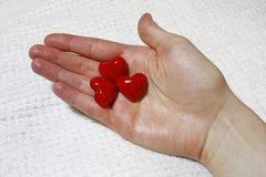 Czerwoni serca w kobiety ręce Zdjęcie Stock