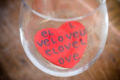 Czerwoni serca w Pustym wina szkle. Obrazy Royalty Free
