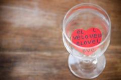 Czerwoni serca w Pustym wina szkle. Zdjęcie Stock
