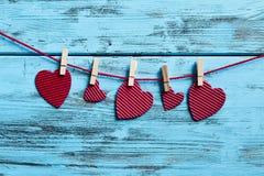 Czerwoni serca wiesza w odzieżowej linii Fotografia Stock