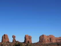 Czerwoni skały pustyni jasnego nieba Zdjęcia Royalty Free