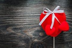 Czerwoni tkanin serca na drewnianej deski świętowań pojęciu Obraz Royalty Free