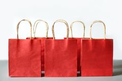 Czerwoni torba na zakupy od przetwarzają papier odizolowywającego na białym tle Fotografia Royalty Free
