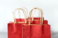 Czerwoni torba na zakupy od przetwarzają papier odizolowywającego na białym tle Obrazy Royalty Free