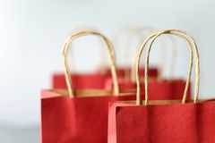 Czerwoni torba na zakupy od przetwarzają papier odizolowywającego na białym tle Fotografia Stock