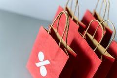 Czerwoni torba na zakupy od przetwarzają papier na szarym tle Fotografia Stock
