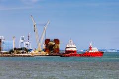 Czerwoni tugboats przy schronieniem zdjęcia royalty free
