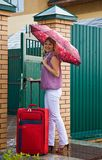 czerwoni walizki kobiety potomstwa Obrazy Stock