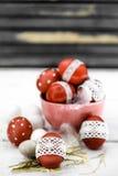Czerwoni Wielkanocni jajka na drewnianym tle fotografia royalty free