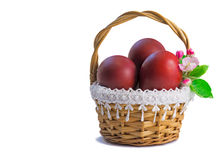 Czerwoni Wielkanocni jajka w koszu na białym tle. Zdjęcia Royalty Free