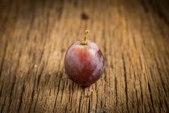 Czerwoni winogrona na drewnianym stole zdjęcia stock