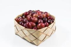 Czerwoni winogrona w ryżowym Kratib na białym tle czerwoni winogrona zamknięty u Zdjęcia Royalty Free