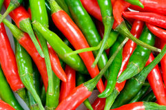 czerwoni zieleni chili pieprze Zdjęcia Stock