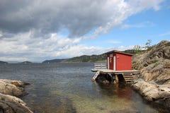 Czerwony łódkowaty dom przy morzem obrazy royalty free