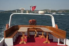Czerwony łódkowaty pokład i Turecka flaga Zdjęcia Royalty Free