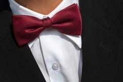 Czerwony łęku krawat na białej koszula obraz stock