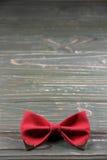 Czerwony łęku krawat na drewnianym tle zdjęcia stock