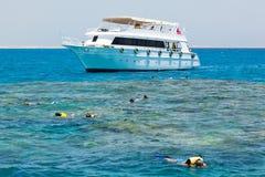 czerwony łodzi zakotwiczający morze Zdjęcia Stock