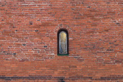 Czerwony ściana z cegieł tło z małym okno obraz royalty free