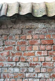 Czerwony ściana z cegieł z dekarstwem Fotografia Royalty Free