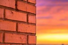 Czerwony ściana z cegieł z zmierzchu światłem Obrazy Royalty Free