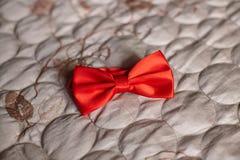 Czerwony ślubny łęku krawat na szarym tle fotografia stock