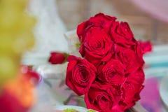 Czerwony ślubny bukiet kwiaty Ślubny bukiet z perłami i czerwonymi taśmami Ślubny bukiet robić czerwonych róż i goździka flowe Zdjęcie Royalty Free
