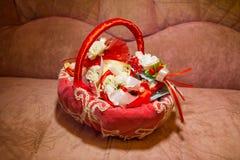 Czerwony ślubny kosz z białymi kwiatami Zdjęcie Royalty Free