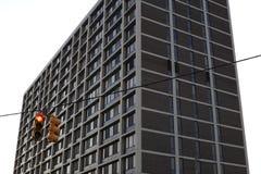Czerwony światła ruchu z budynkiem przy plecy zdjęcie stock