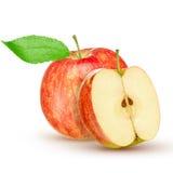 Czerwony żółty jabłko z zielonym liściem i plasterek na białym tle Zdjęcie Stock