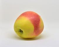 Czerwony żółty jabłko z zielonym liściem i plasterkiem Zdjęcia Royalty Free