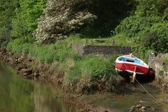 Czerwony żeglowanie łodzi pobliski krocz, Northumberland obrazy stock
