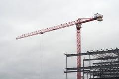 Czerwony żuraw na chmurnym niebie z budynek struktury budową Zdjęcie Royalty Free