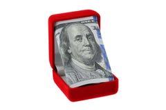 Czerwony aksamita pierścionku pudełko z nowym staczającym się Zlanym twierdzić 100 rachunków insid obraz stock
