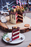 Czerwony aksamita tort dekorujący dla bożych narodzeń Obraz Royalty Free