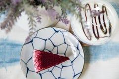 Czerwony aksamita tort na drewno desce zdjęcie royalty free