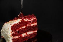 Czerwony aksamita tort pokrajać w kawałku zdjęcia royalty free