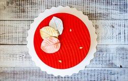 Czerwony aksamitny mousse tort z czekoladowymi liśćmi Fotografia Royalty Free