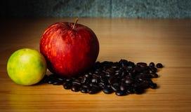 Czerwony Apple, wapno i Kawowa fasola na drewnie, Zdjęcia Stock