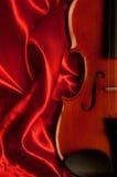 czerwony atłasowy skrzypce Obraz Stock
