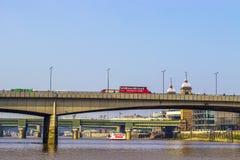 Czerwony autobus nad mostem Zdjęcie Stock