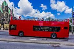 Czerwony autobus obok parlamentu budynku Zdjęcia Royalty Free