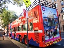 Czerwony autobusu piętrowego autobus dla zwiedzającej wycieczki turysycznej w Sydney i Bondi obrazy royalty free