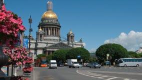Czerwony autobusu piętrowego autobus rusza się na ulicie na Isaac ` s katedry tle Fotografia Royalty Free