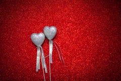Czerwony błyszczący tło z srebnymi sercami, miłość, walentynki ` s dzień, tekstury abstrakcjonistyczny tło, romantyczny obrazek,  Fotografia Stock