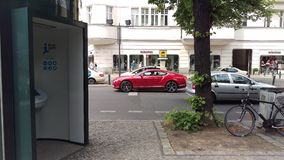 Czerwony Bentley czekanie na ulicie Obrazy Royalty Free
