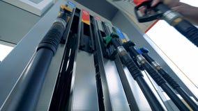 Czerwony benzynowy nozzle ono bierze out od benzynowej pompy przy benzynową stacją zbiory wideo