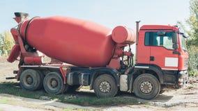 Czerwony betonowego melanżeru pojazd na budowie Zdjęcia Royalty Free
