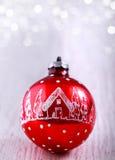 Czerwony boże narodzenie ornament na błyskotliwości srebra tle z przestrzenią dla teksta WESOŁO boże narodzenia I nowy rok karta Obrazy Stock