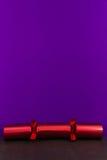 Czerwony Bożenarodzeniowy krakers z pustą przestrzenią above Obraz Stock